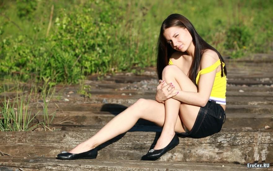 Рискованные фото девочки на рельсах