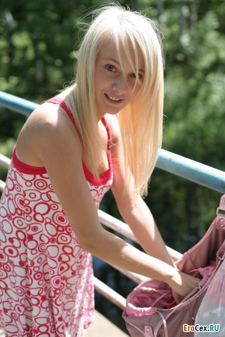 Киска симпатичной девушки на пешеходном мосту