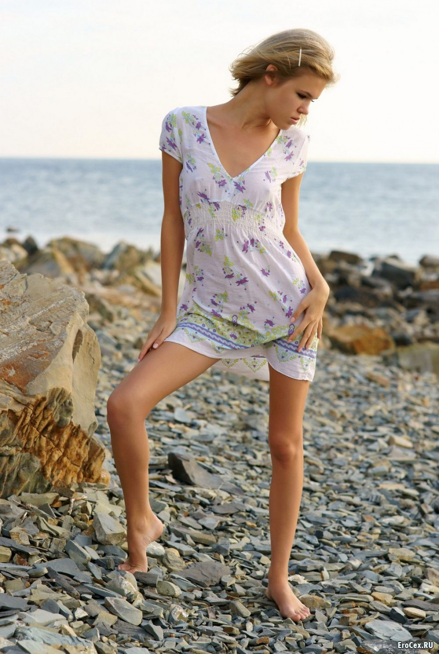 Молодая девушка на камнях