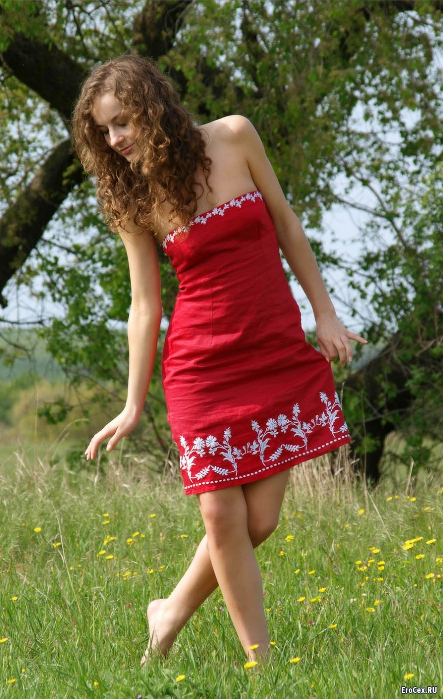 Красное платье девушки в поле