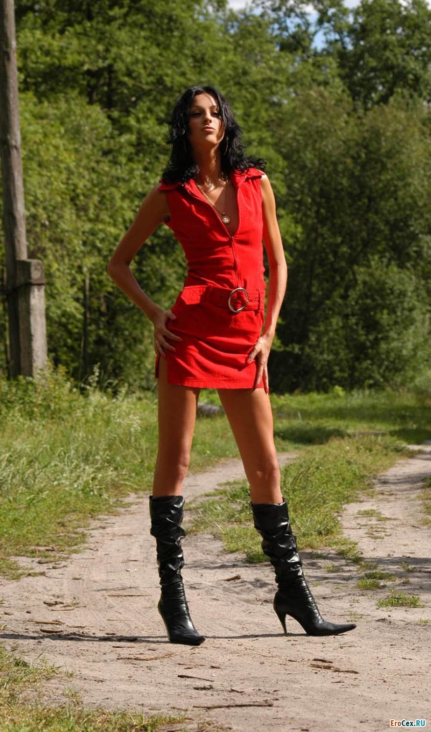 Красное платье брюнетки