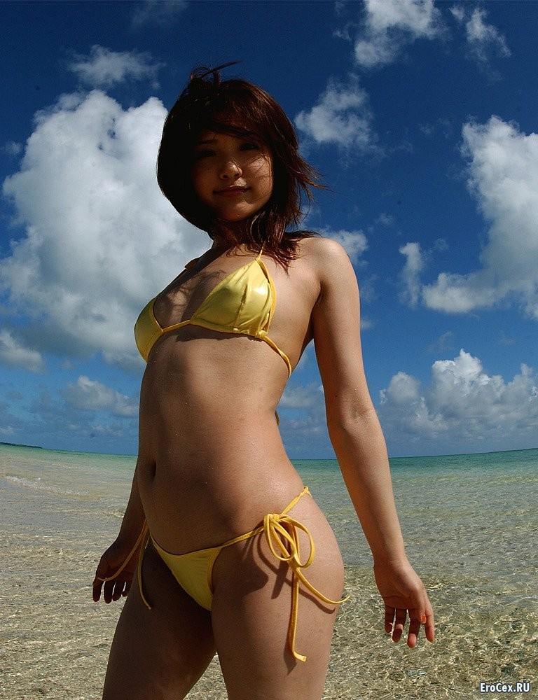 Желтый купальник азиатки