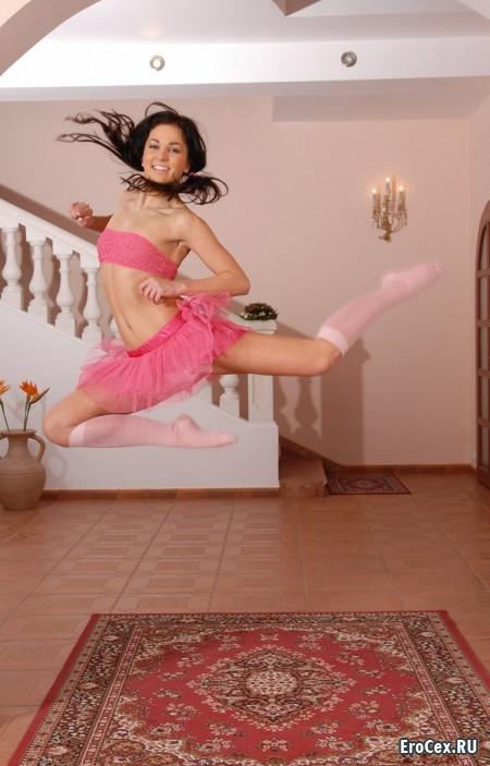 Домашнее фото начинающей балерины