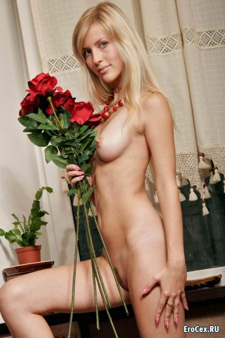 Голая девушка с розами