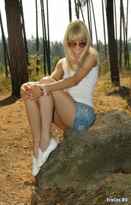 Юная блондинка в лесу
