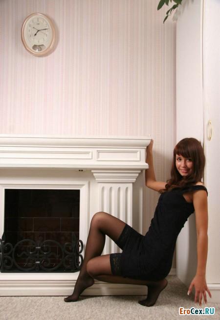 Эротические фото девушки у камина