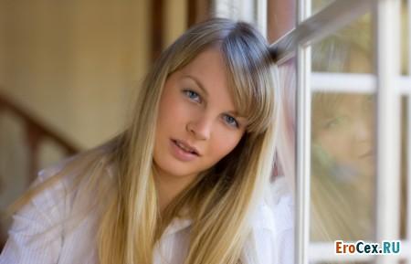 Домашнее фото блондинки у окна