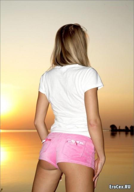Сексуальная блондинка на закате