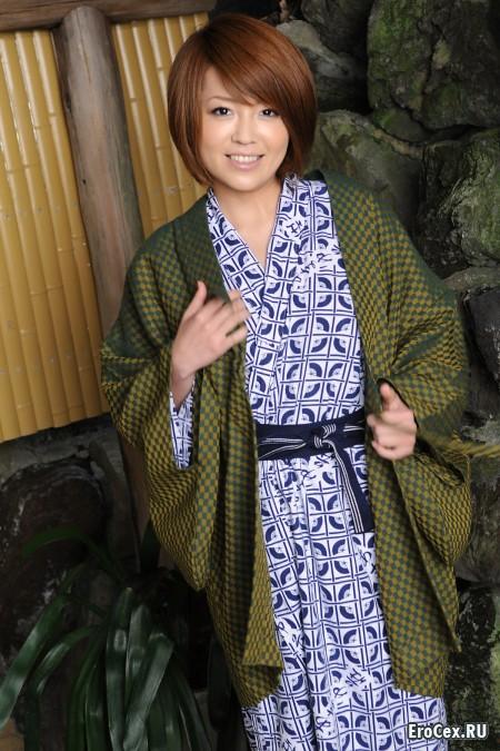 Красивая азиатка в кимоно