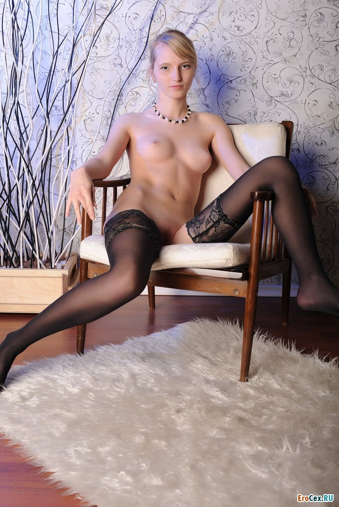 Домашнее фото юной блондинки