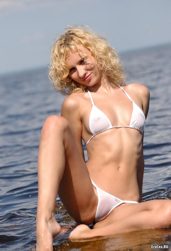 Прозрачный купальник блондинки