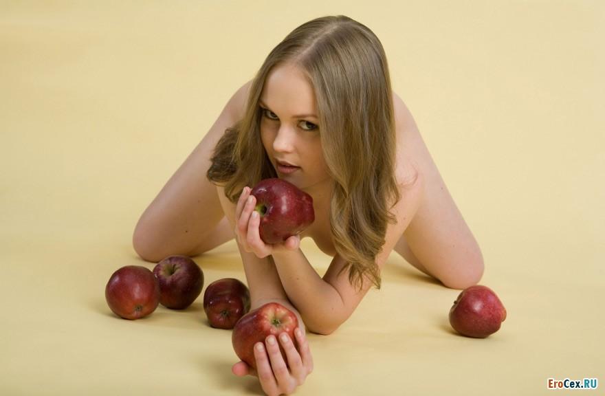 Фотосессия девушки с яблоками