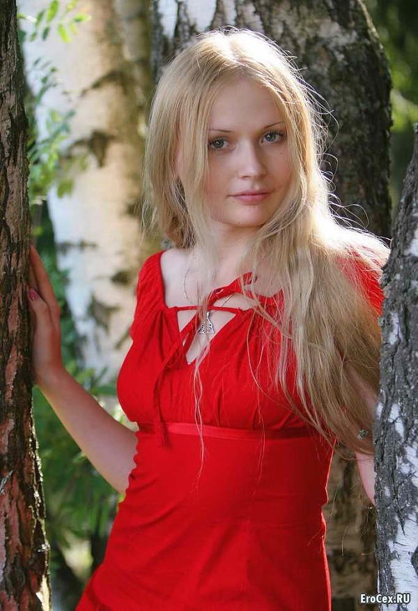 Блондинка в лесу