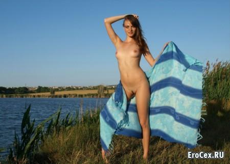 Голая девушка на берегу озера