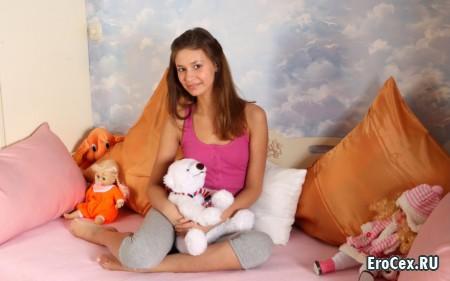 Юная девушка с игрушками