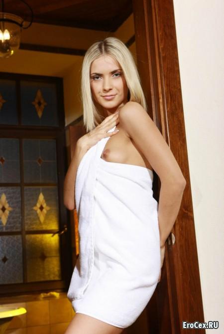 Блондинка в полотенце