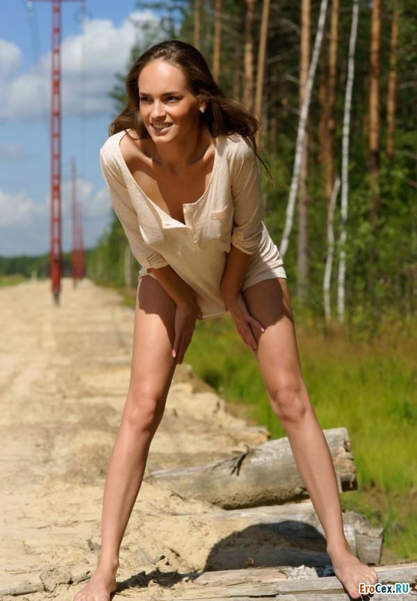 Секси девочка на дороге