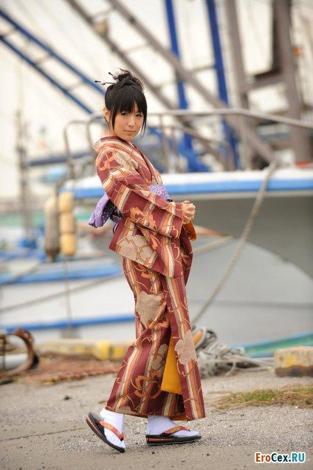 Сладкая азиатка в кимоно