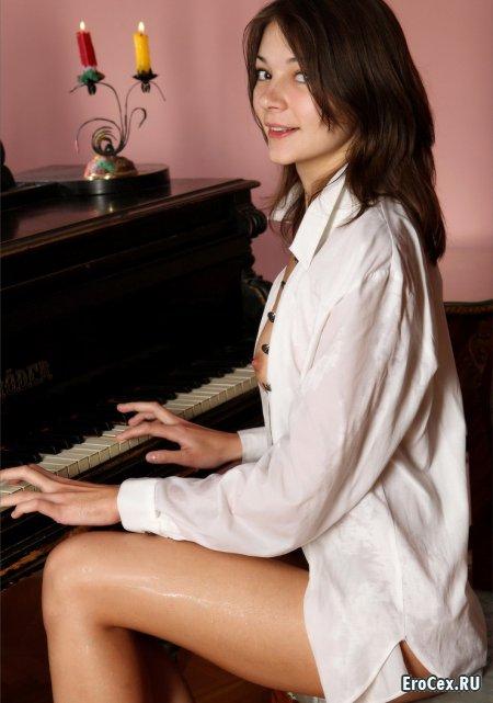 Игра на рояле без трусов