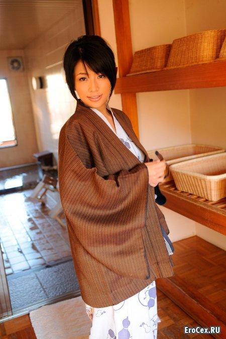 Домашняя азиатка в кимоно