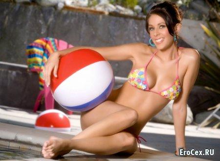 Сексуальная девушка у бассейна