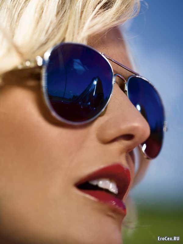 Голая блондинка на автомойке