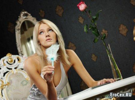 Домашняя эротика блондинки в чулках
