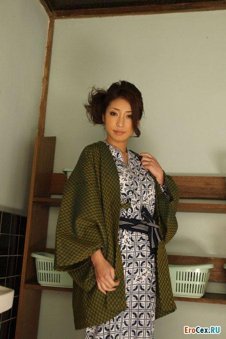 Милая азиатка в кимоно