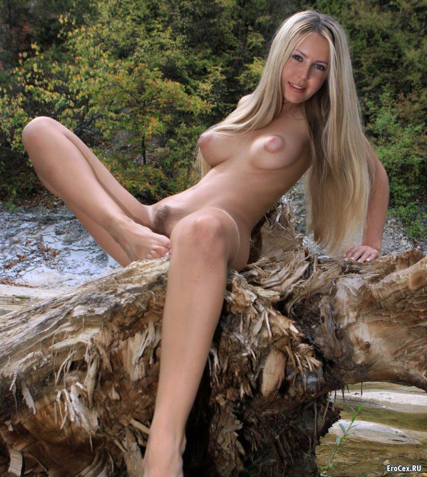 Голая девочка у реки