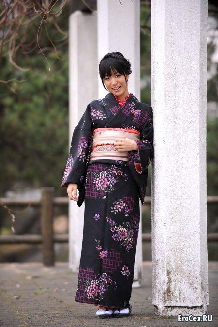 Нежная азиатка в кимоно