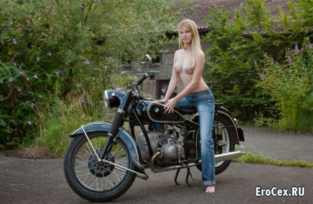 Прелести блондинки на мотоцикле