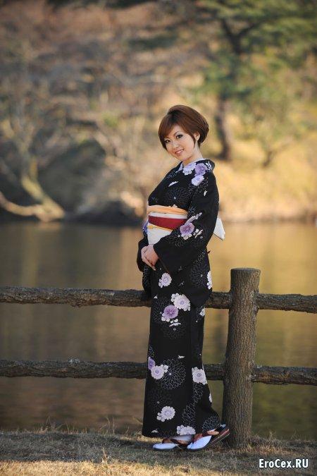 Молодая азиатка в кимоно