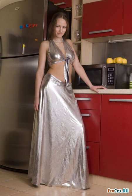 Секси девочка на кухне