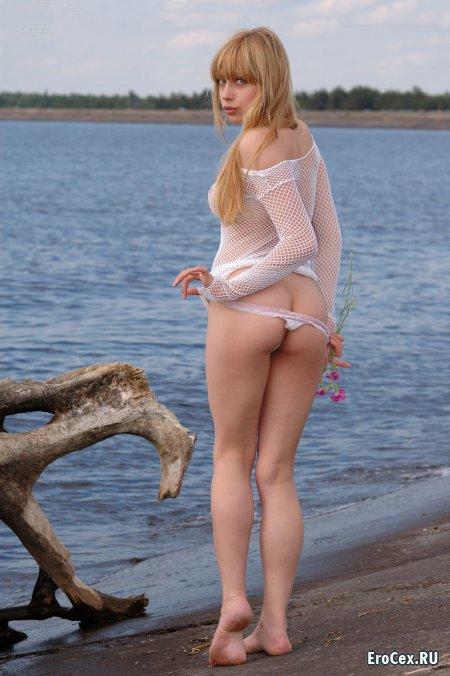 Секси блондинка на берегу реки
