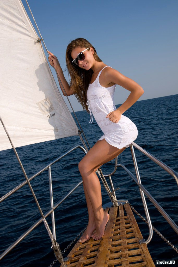 Секси девочка на яхте