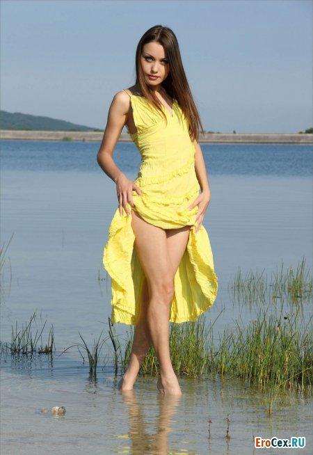 Худенькая девушка в платье