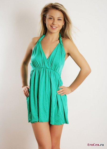 Эротическая фотосессия блондинки в платье