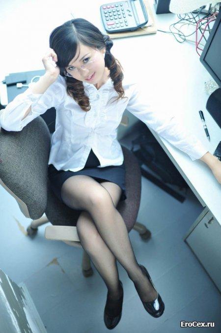 Секси азиатка в офисе