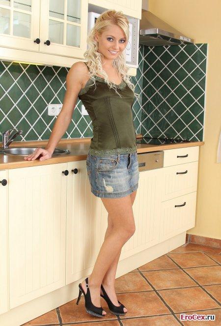 Сексуальная блондинка позирует на кухне