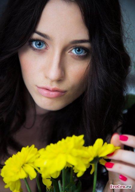 Худенькая брюнетка с голубыми глазами