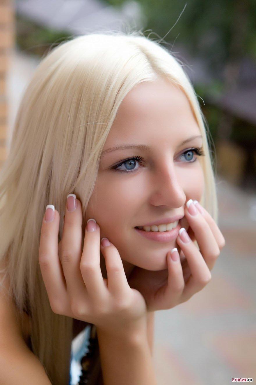 Красивая блондинка за городом