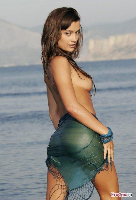 Голая девочка на берегу моря