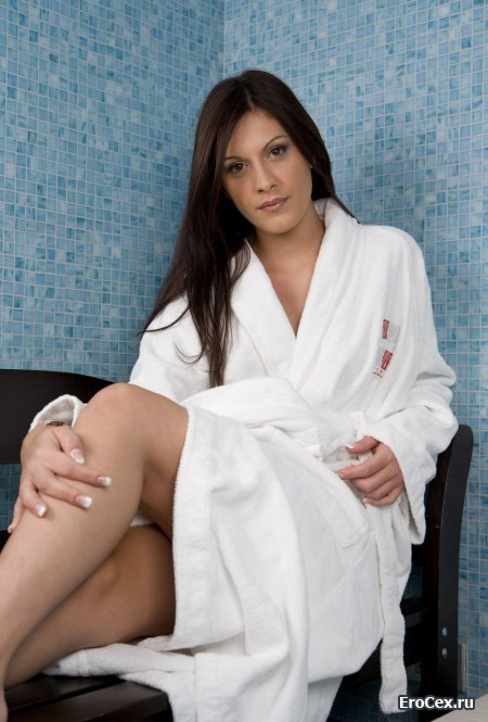 Сексуальная девушка в белом халате