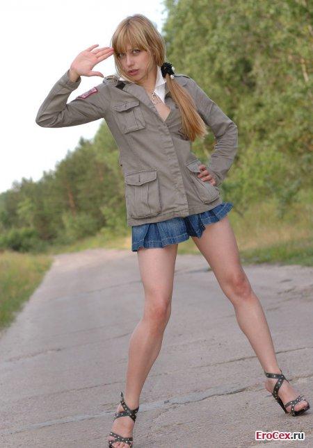 Фото эротика сексуальной девочки на дороге