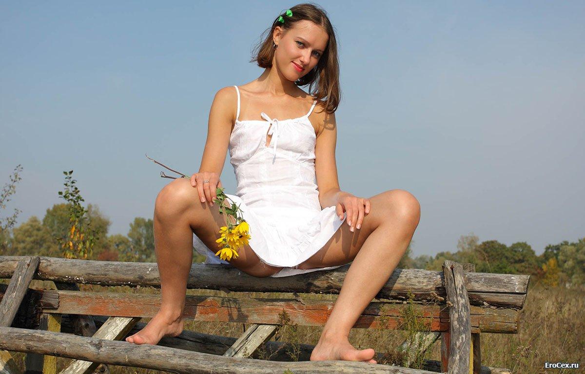 Деревенская красавица в белом сарафане
