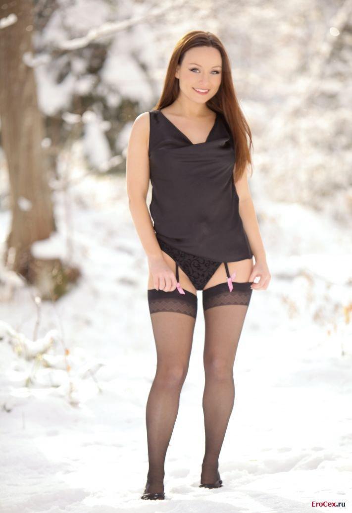 Зимняя эротика сексуальной девочки в чулках