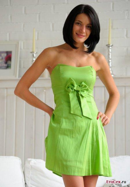 Сексуальная брюнетка в салатовом платье