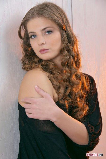 Красивая девушка в эротической фотосессии