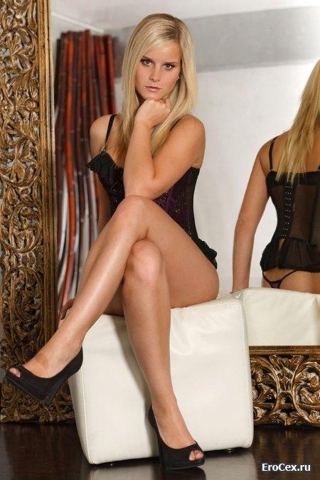 Фото эротика секси блондинки у зеркала