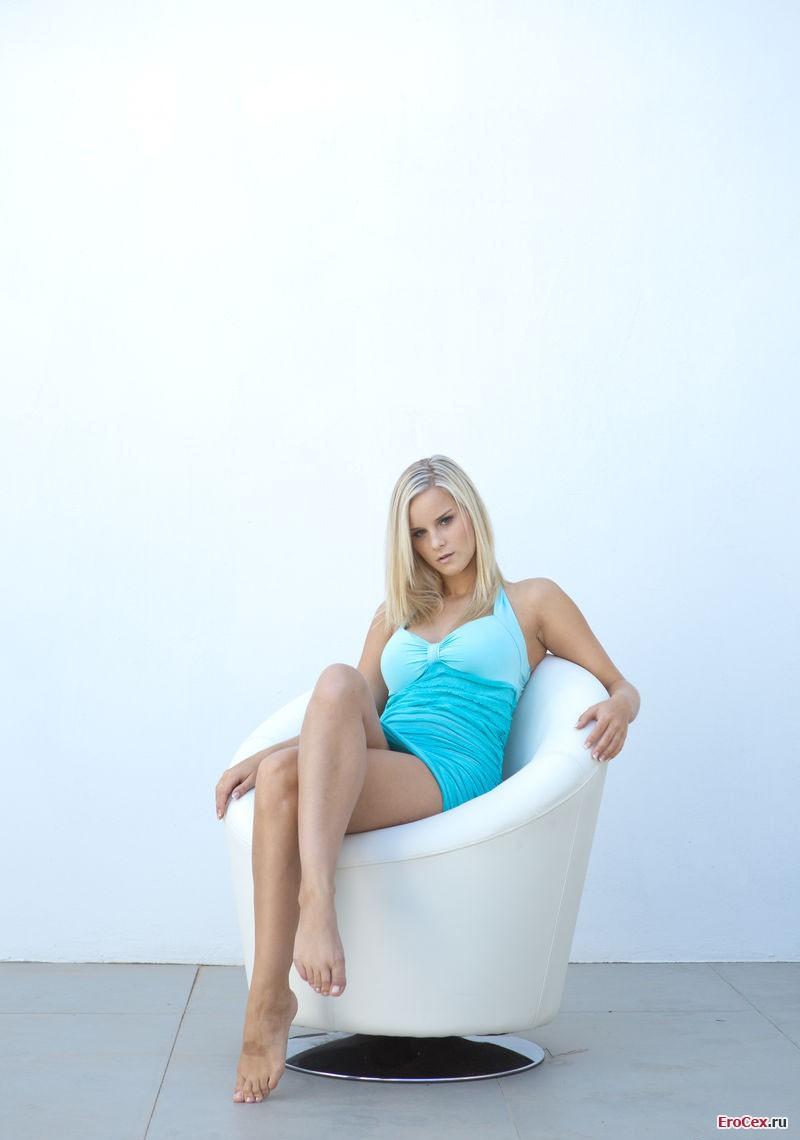 Красивая блондинка на кресле